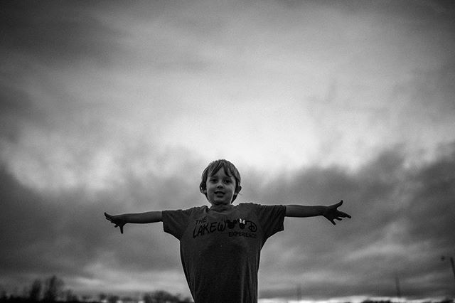 Dreams as big as the sky • • • • • • #familylifestylephotography #familylifestylesession #nashvillephotographer #nashvillefamilyphotographer #childhoodunplugged #sidewalkplayground #candidchildhood