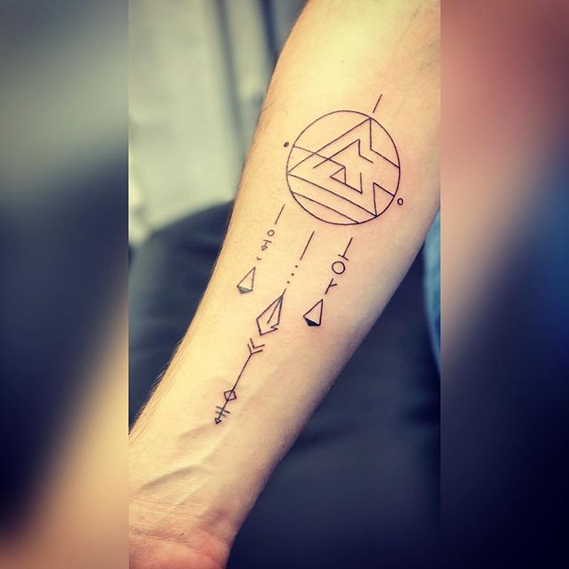 Merci aux cousins 😅😉 #picoftheday #igersgeneva ✨#geometrictattoo #tattooedmen #vegan #vegantattoo #tattoed #tattoo #blackworktattoo #ink #inked #inkedmen #armtattoo #triangletattoo #dreamcatcher