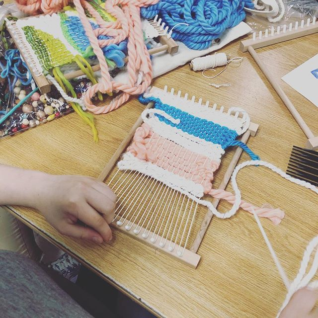 Weaving Wednesday at the #mysticlearningcenter #craftclubboston #diy #yarn #wrap #weft #loom 🧶