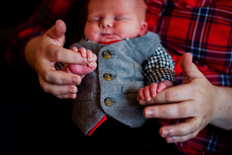 04_Hoehn-Newborn_0042_familysession_plainfield_newborn_Christmas.jpg