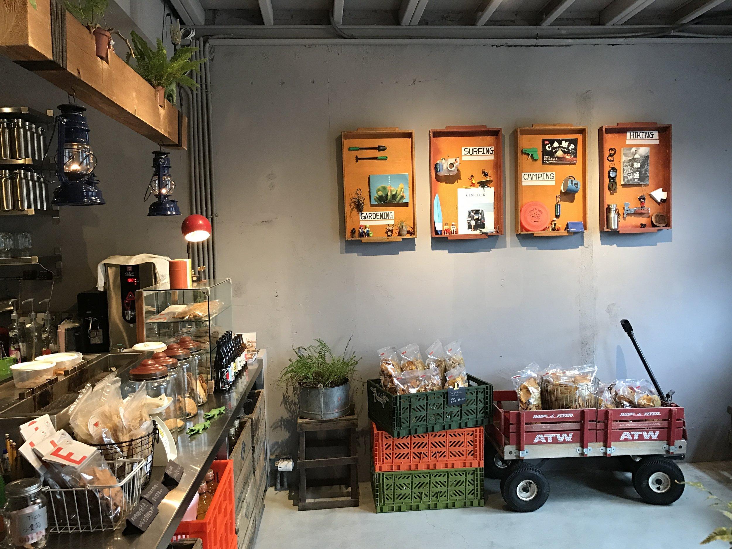 (After >>牆上掛的是我們愛的四種生活風格,那個木框其實是傳統麵包店的木製托盤)