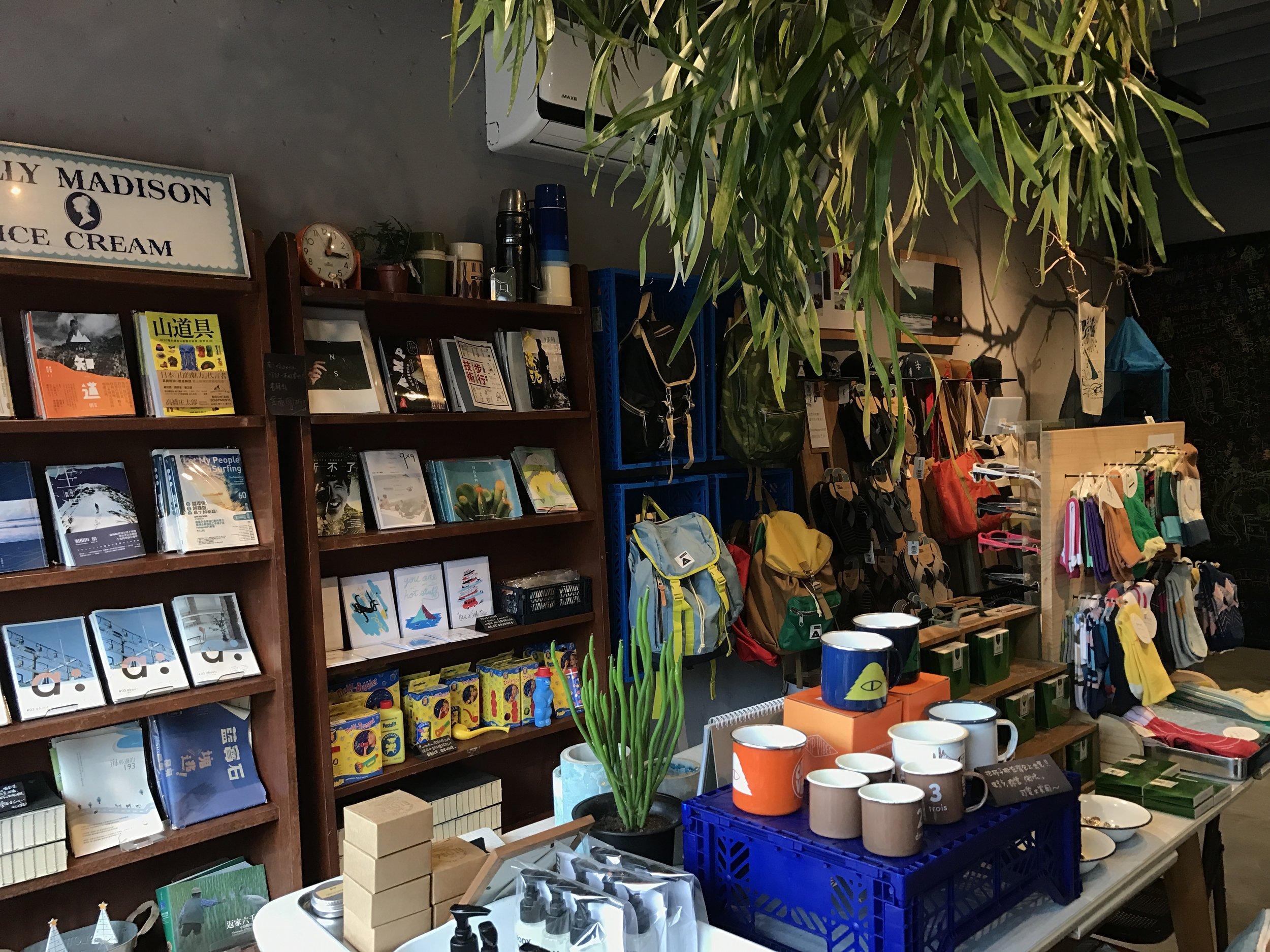(After >>老的書櫃、舊的餐桌、工廠棧板、古董燈箱變成我們有味道的陳列道具)