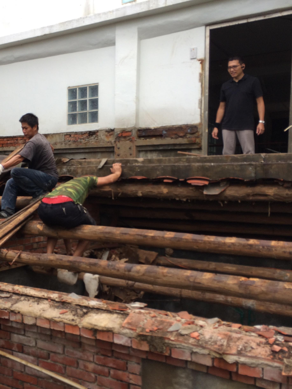 (拆除後開始整修底下的老屋,屋頂都塌陷了)