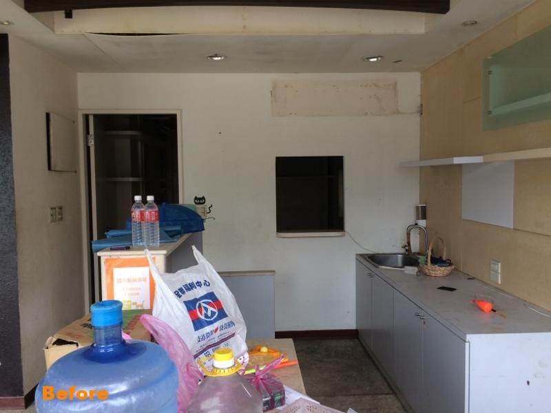 (Before >>先前的承租者的櫃檯空間與隔在後方的廚房)