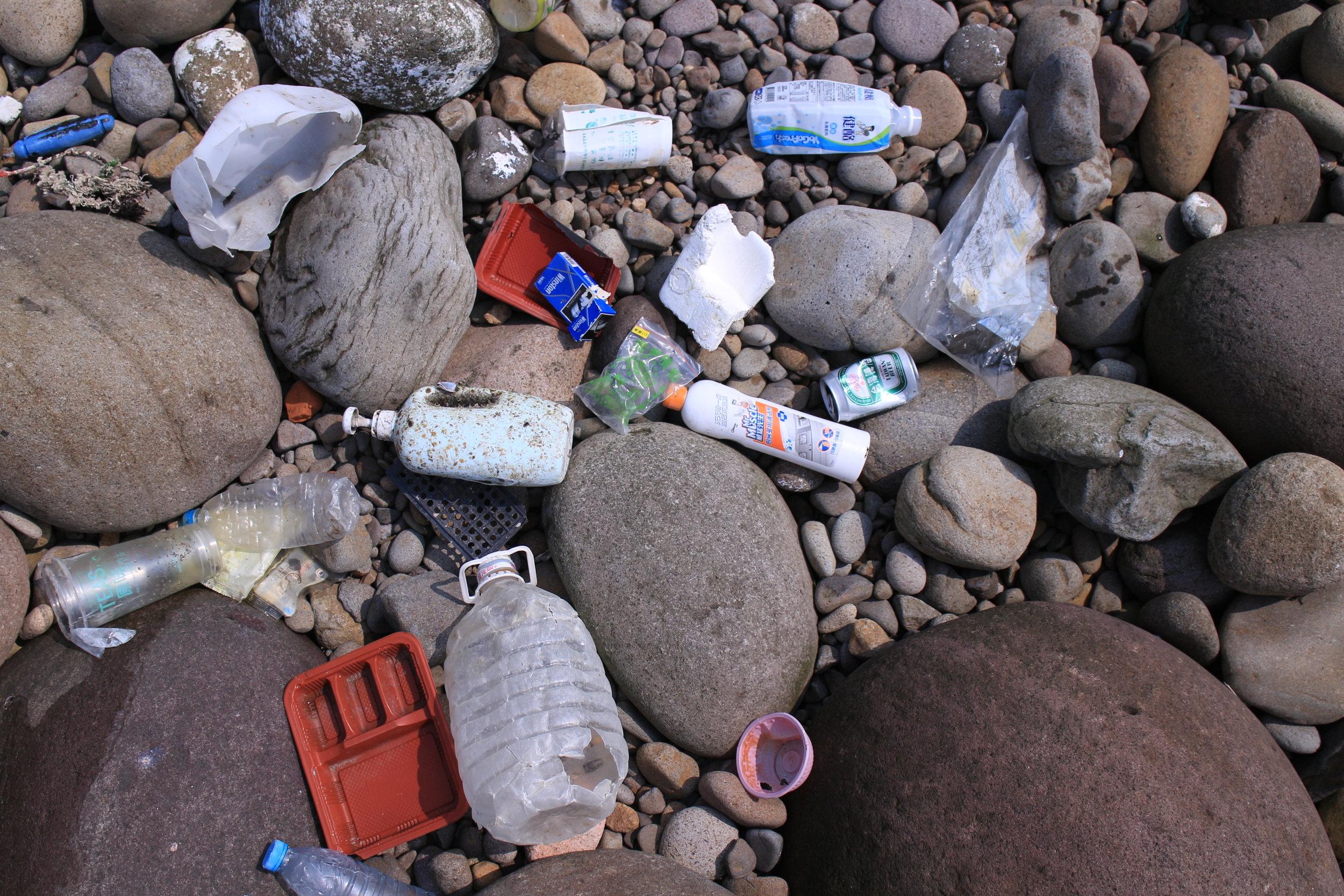 (照片中的海漂物是不是很熟悉呢?都是我們生活中用到的塑膠製品,這只是冰山一角,有時東北季風會帶來更驚人的海漂垃圾)