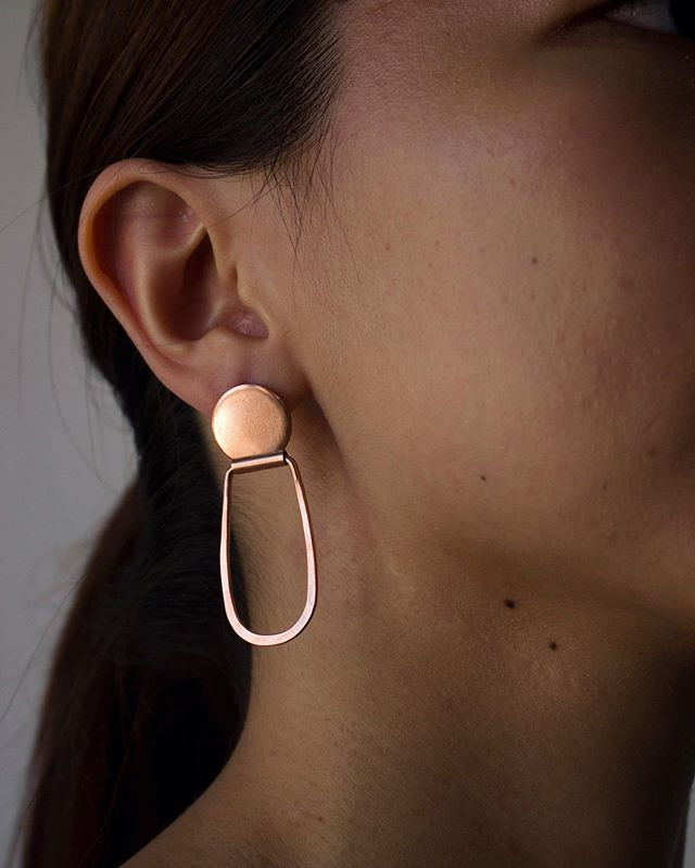 Here are some hinged studs for your Sunday evening. That burnished glow of copper radiates just like the light of Golden hour before dusk 🌅 special thanks to @christabelhxe, it's a real treat to see my earrings modelled so well 🥰