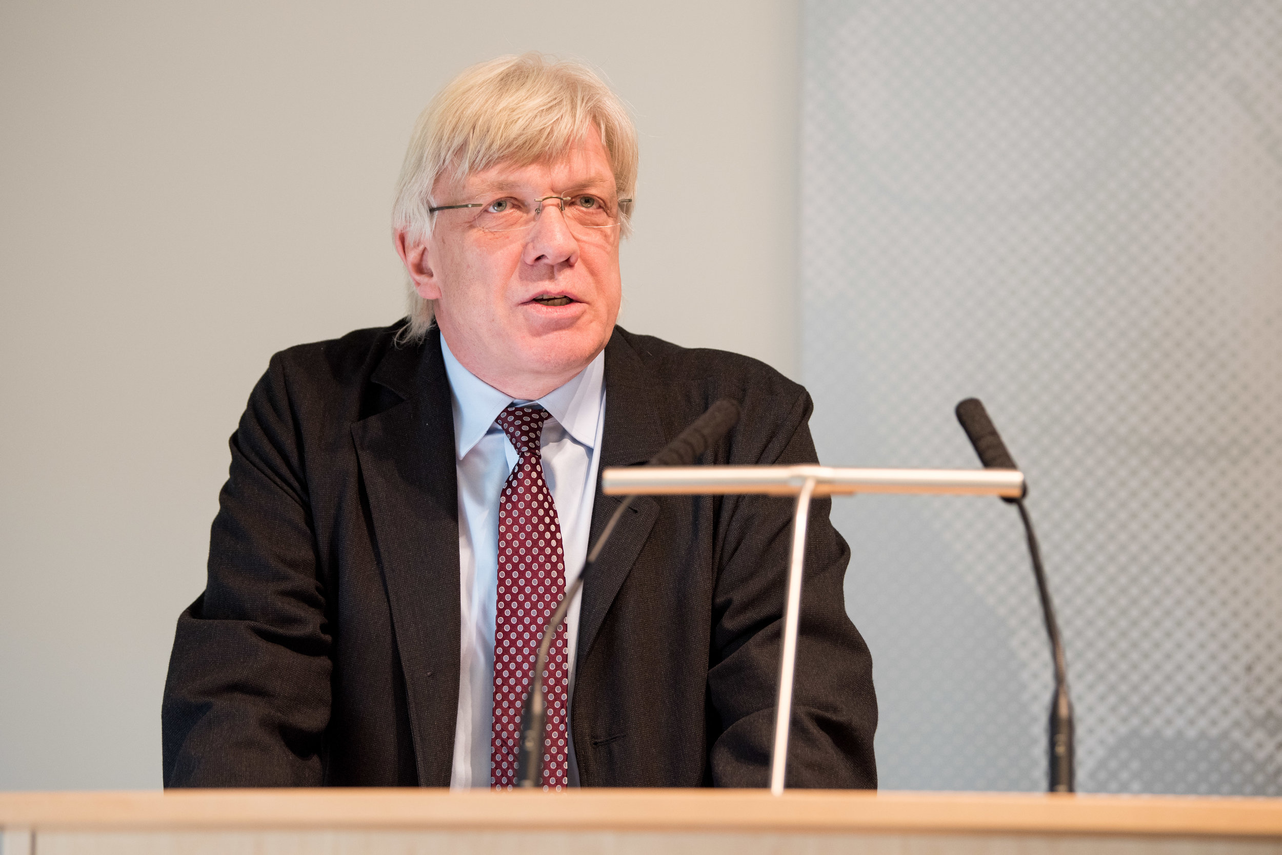 Dr. Helmut Nause, Präsident des LAG Hamburg und des Deutschen Arbeitsgerichtsverband e.V. richtet ein Grußwort an die Teilnehmer.