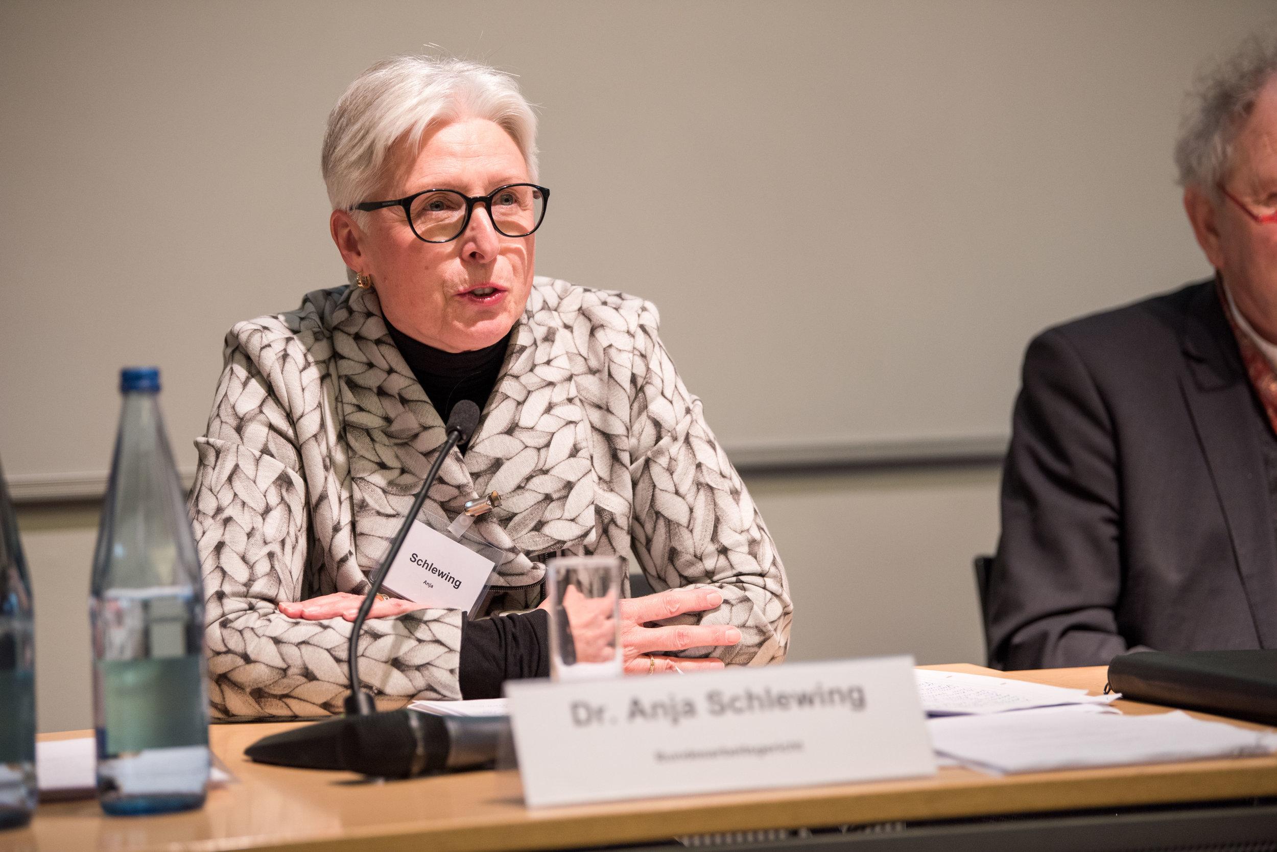 Prof. Dr. Anja Schlewing, Vorsitzende Richterin am Bundesarbeitsgericht, Erfurt, übernimmt Vorstellung und Moderation des letzten Vortrages am ersten Tagungstag.