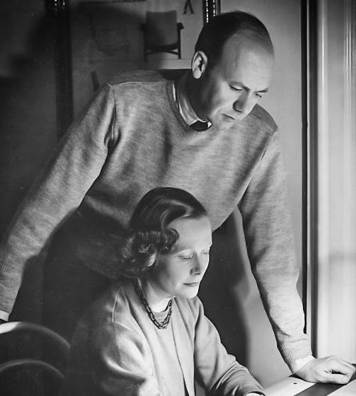 """Tove & Edvard Kindt-Larsen - Tove & Edvard Kindt-Larsen blev gift i 1937 og sammen gjorde de sig bemærket inden for flere fag, med fremstående designs og formgivning indenfor møbler, sølvtøj, smykker samt tekstiler m.m.Edvard var arkitekt og Tove har udlært ved Kunstakademiet, og det var måske denne kombination af uddannelser der lagde til grund for deres succes.dahl & juul - Interiør tilbyder Pagode sofaen som er designet i 1956 af Tove og Edvard Kindt-Larsen. Sofaen var en del af Kindt-Larsens kollektion på """"Den Permanente Udstilling for Dansk Kunsthåndværk og Kunstindustri"""" på Vesterbrogade i København i slutningen af 1950."""