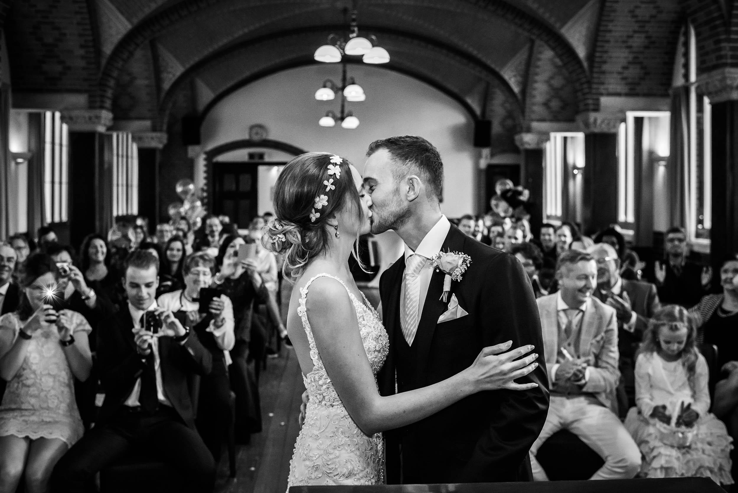 Tel het aantal mensen dat een foto maakt van het bruidspaar.