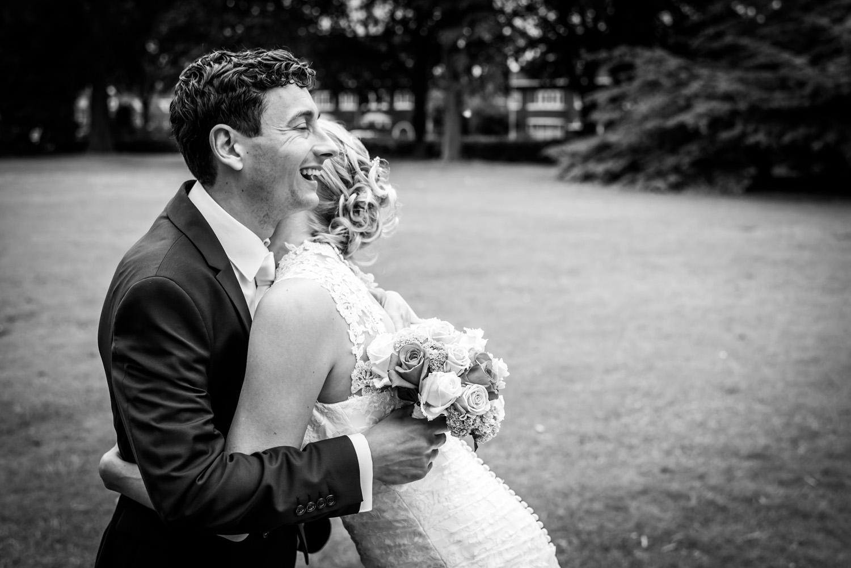 omhelzing bruidsfotograaf Breda