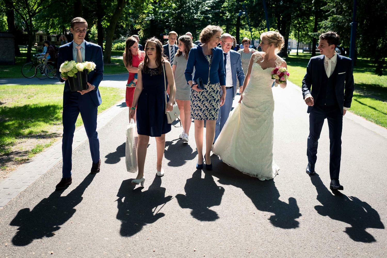 bruidspaar loopt in stadspark Valkenberg
