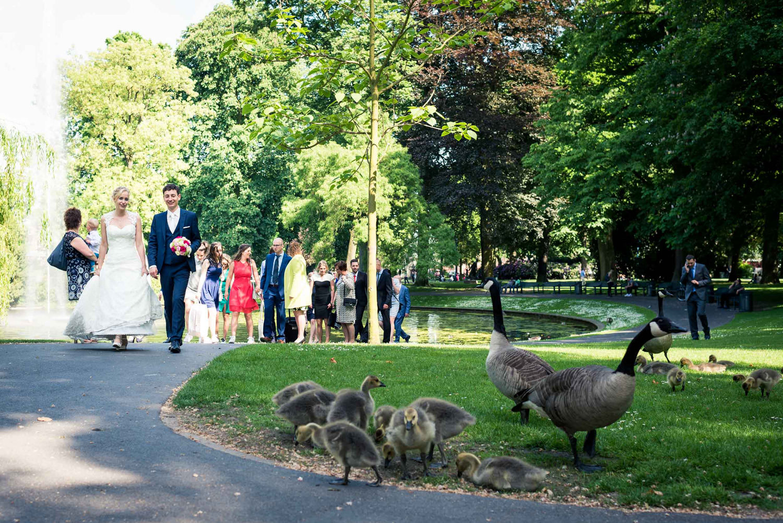 wandeling bruidspaar en gezelschap stadspark Valkenberg