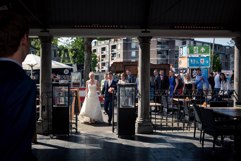 bruidspaar arriveert bij restaurant Binnen in Breda