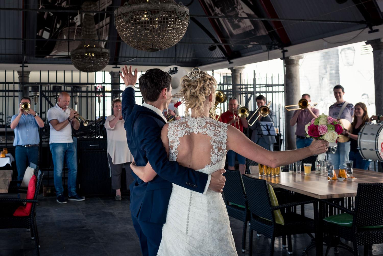 trouwfeest huwelijk bij restaurant Binnen