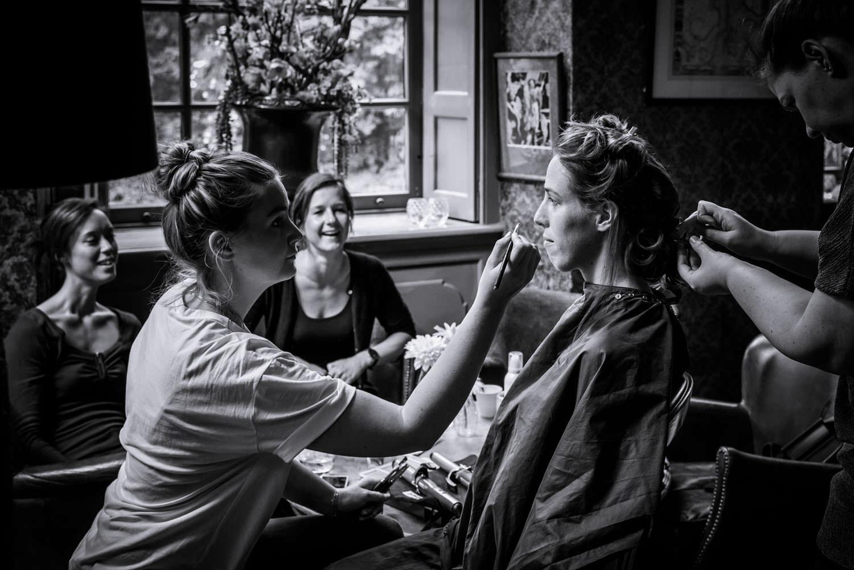haar en make-up bruid bibliotheek bruidsfotograaf