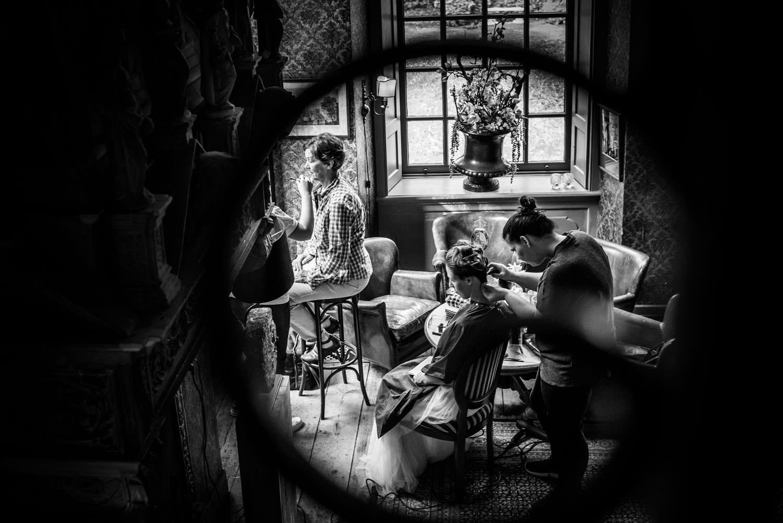 bruidsfotografie in de bibliotheek kasteel wijenburg