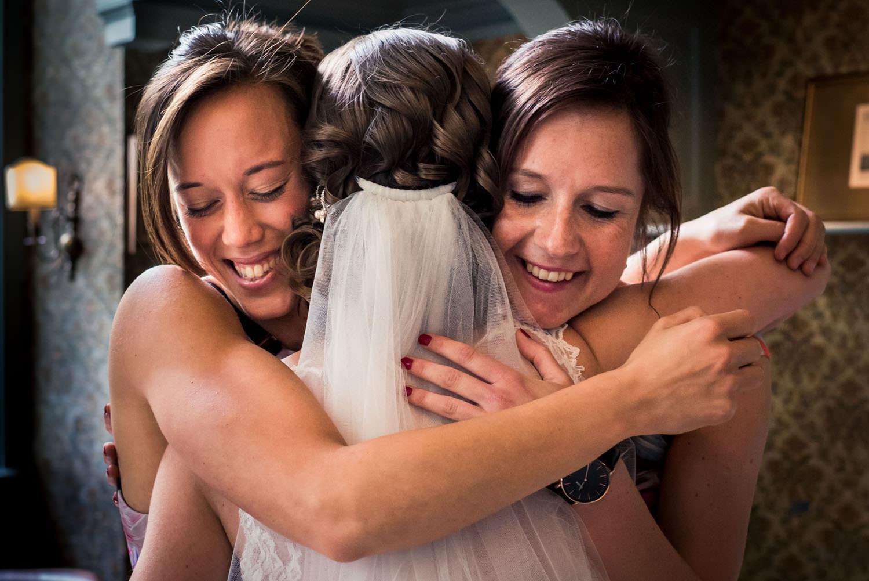 omhelzing bruid en bruidsmeisjes