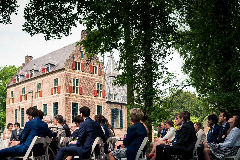 ceremonie buiten bij kasteel Wijenburg bruidsfotografie echteld
