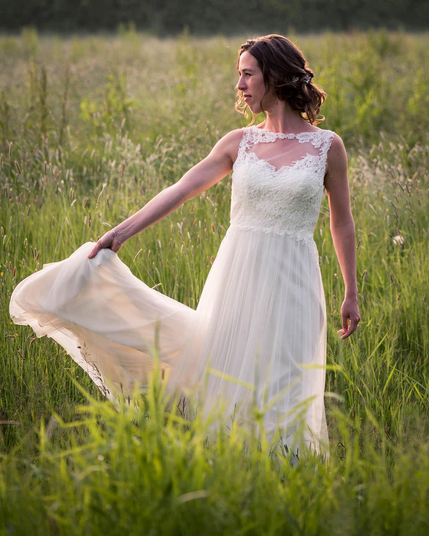 fotoshoot in avondzon bruid in weiland