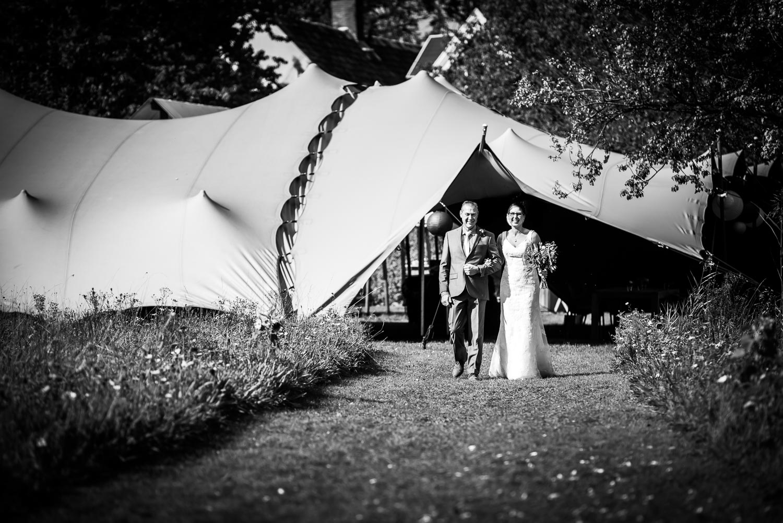 Bruid komt met haar vader aanlopen bij aanvang van de ceremonie, Benedensas foto gemaakt door Cfoto bruidsfotograaf