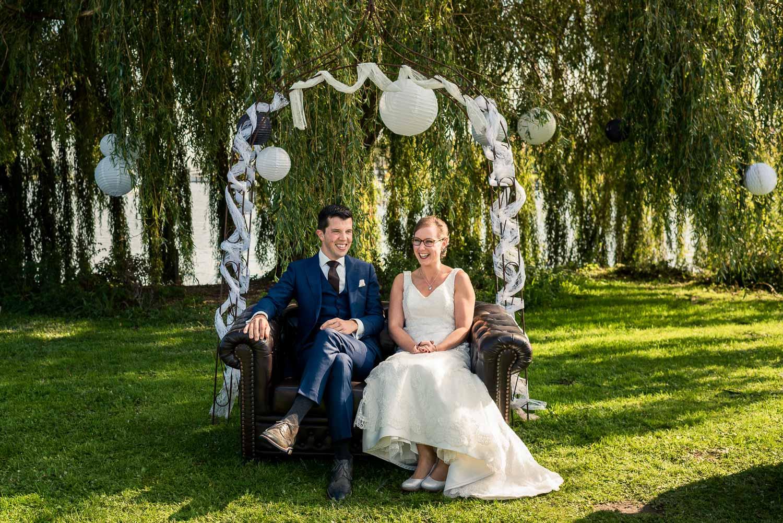 Bruid en bruidegom tijdens ceremonie met treurwilg op de achtergrond bij Benedensas