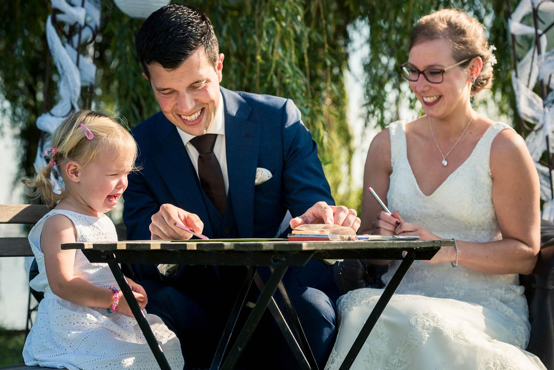 tekenen bruidsmeisje, dochtertje van bruid en bruidegom, door trouwfotograaf Cfoto