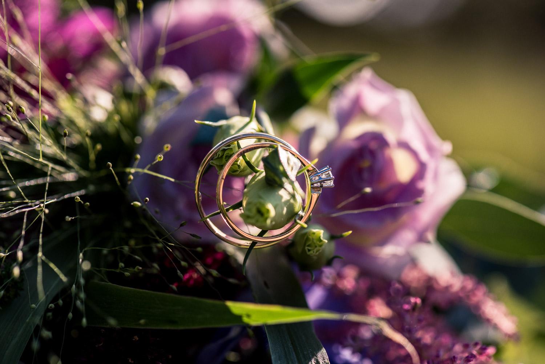 bruidsboeket met trouwringen, door Cfoto bij Benedensas in de Heen, mooie sfeerfoto