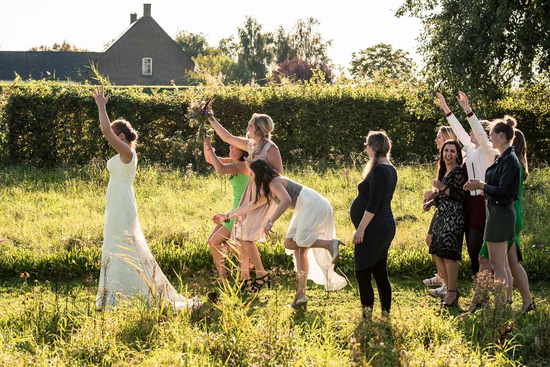 Vangen van bruidsboeket gemaakt door Cfoto trouwfotograaf uit Brabant bij Benedensas in de heen