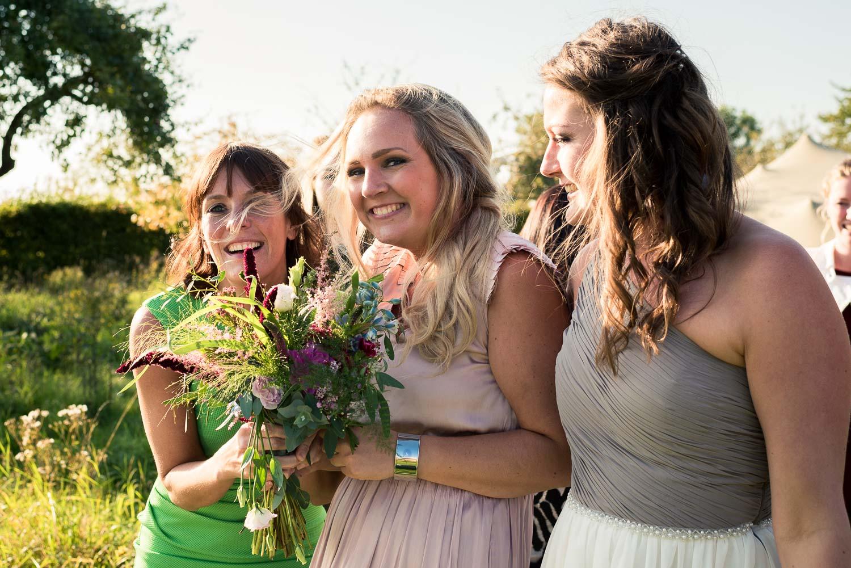 De gelukkige vanger van het bruidsboeket