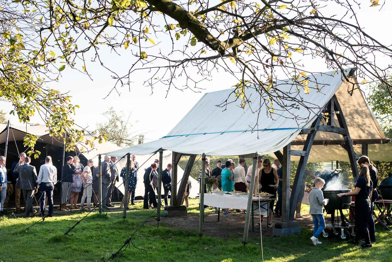 Festival wedding met barbecue, mooie sfeer, bij Benedensas in de Heen