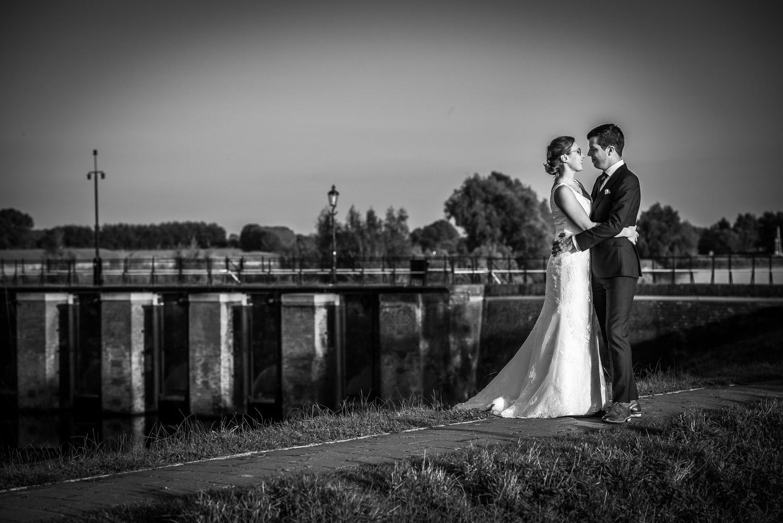 Benedensas, bruidsfotografie, met de fietsbrug op de achtergrond, aan de Steenbergse Vliet