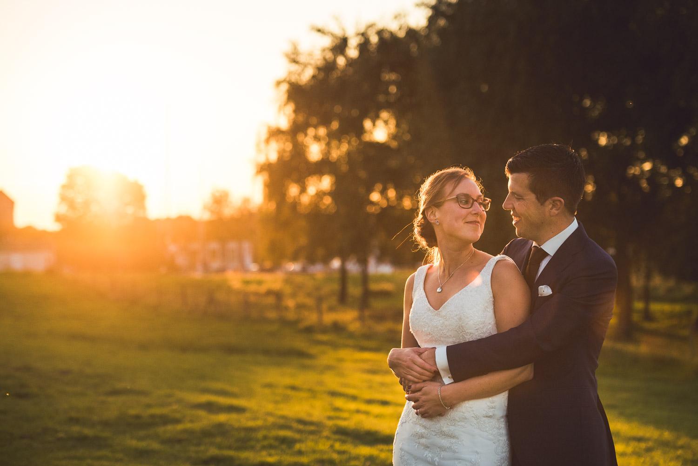 romantisch moment voor het bruidspaar, bij zonsondergang, bruidsfotografie door Cfoto uit West Brabant