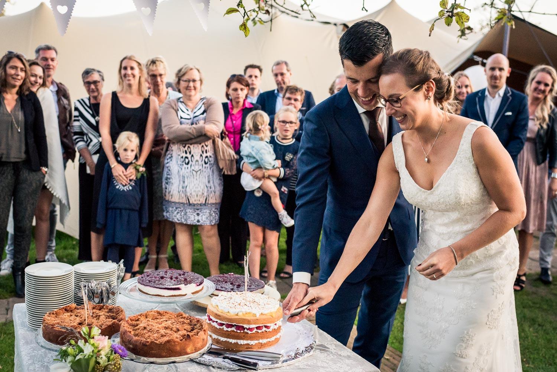 bruidspaar snijd te bruidstaart aan bij Benedensas in de Heen