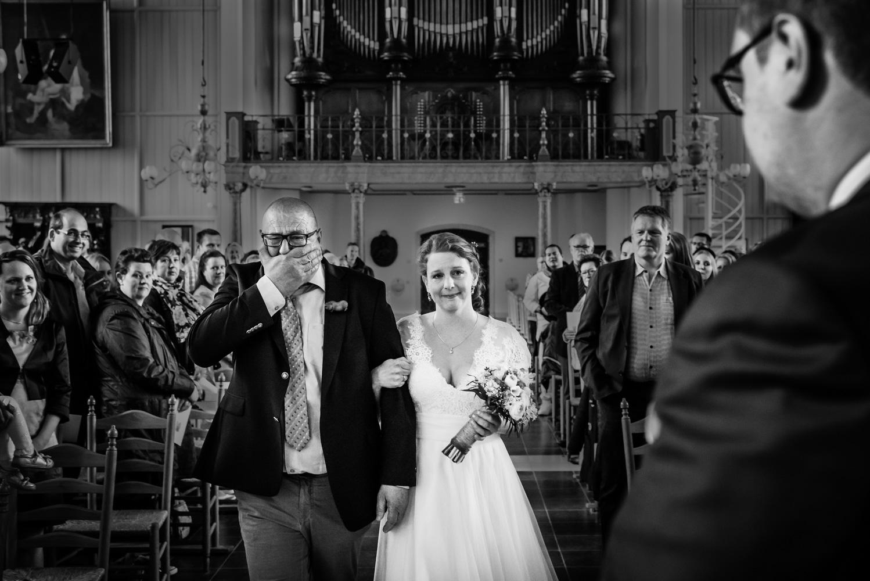 Copy of Vader geeft zijn bruid weg aan de bruidegom, gemaakt door bruidsfotograaf Cfoto