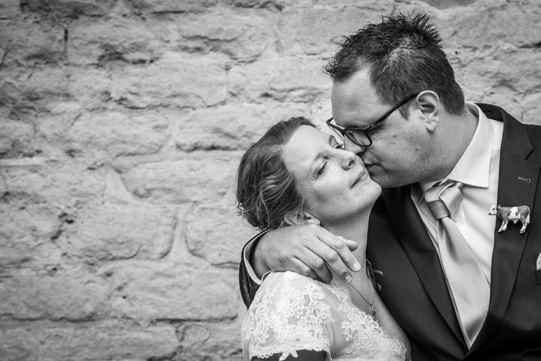 Copy of omhelzing bruidspaar na afloop ceremonie, door bruidsfotograaf Cfoto