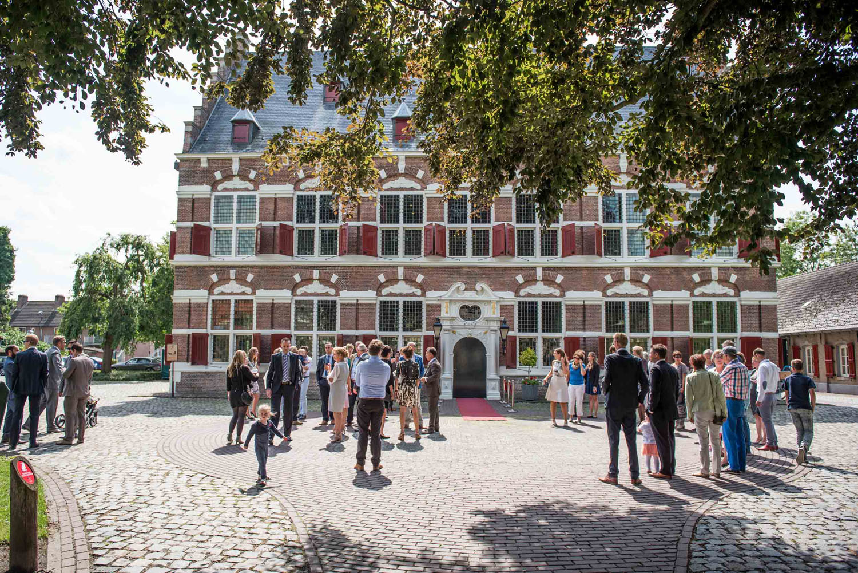 Copy of Mauritshuis in Willemstad, voor aanvang van de ceremonie, door Cfoto bruidsfotograaf