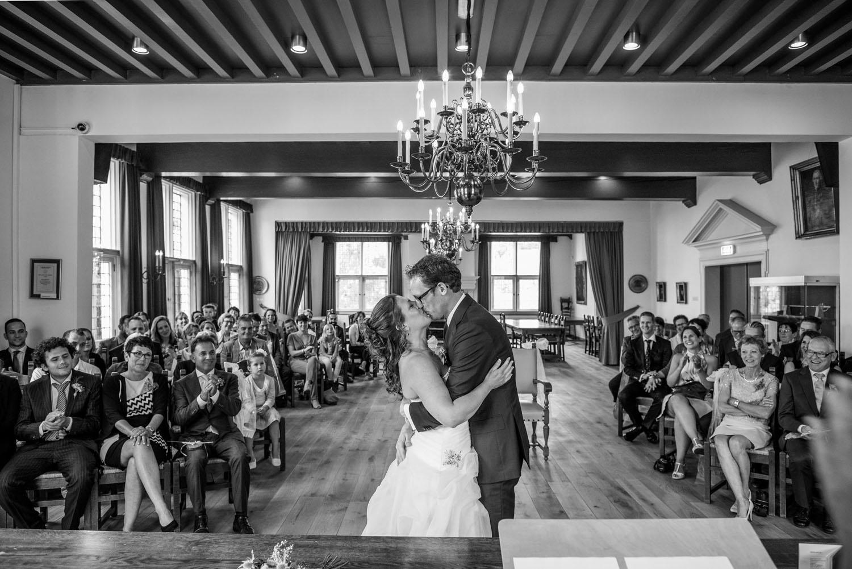 Copy of kus tijdens de ceremonie, bruidsfotografie in Willemstad door Cfoto