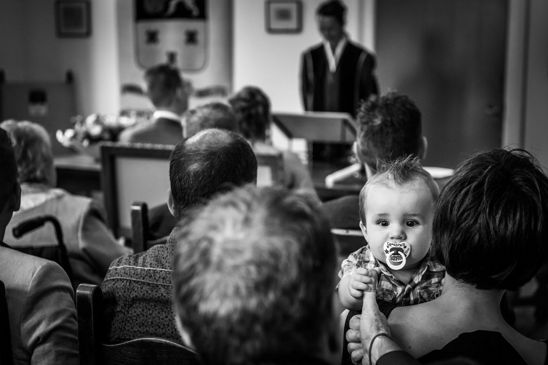 Copy of kindje tijdens ceremonie in Mauritshuis in Willemstad, door Caroline Elenbaas bruidsfotograaf bij Cfoto