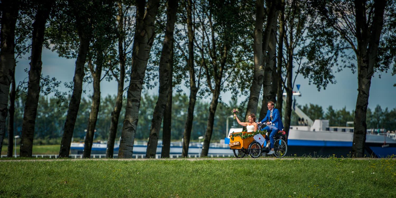 Copy of op de bakfiets naar  Fort Sabina, vanuit Willemstad, door bruidsfotograaf Caroline Elenbaas