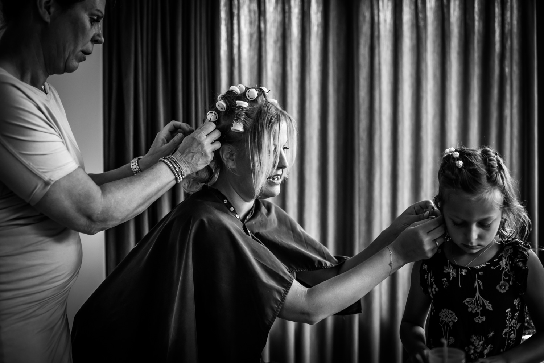 bruid en bruidsmeisje bij aankleden in West Brabant door Caroline bruidsfotograaf bij Cfoto
