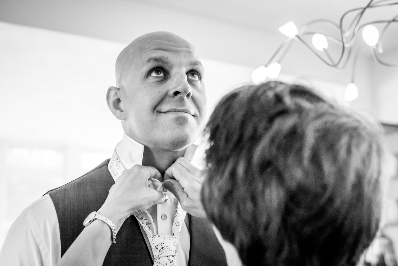 moeder helpt de bruidegom in West Brabant door Caroline bruidsfotograaf bij Cfoto