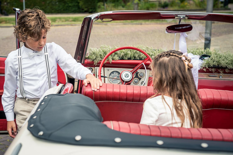 de kinderen van het bruidspaar bij de trouwauto in West Brabant door Caroline bruidsfotograaf bij Cfoto