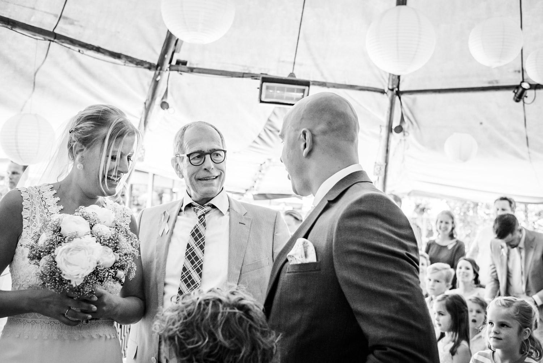 Vader geeft de bruid weg tijdens ceremonie in West Brabant door Caroline bruidsfotograaf bij Cfoto