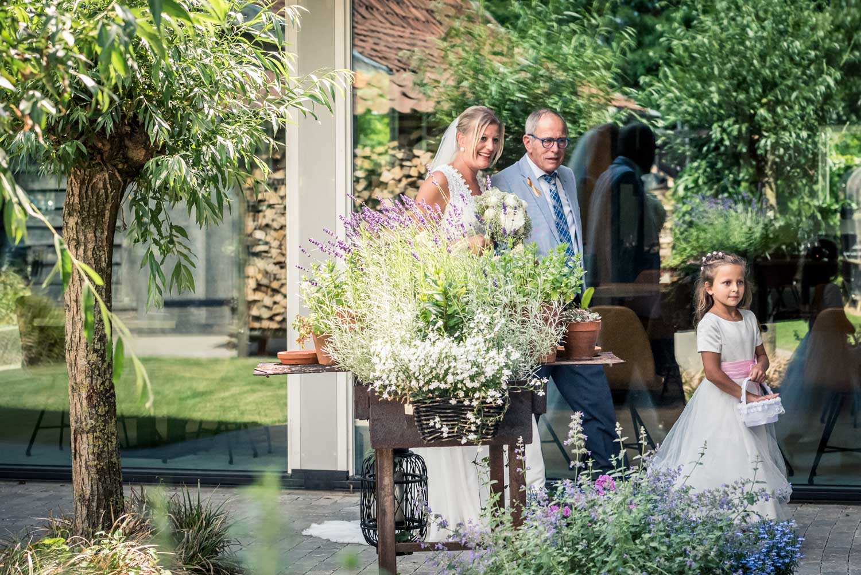 Voor aanvang van de ceremonie bruid met haar vader bij het Hooihuis in West Brabant door Caroline bruidsfotograaf bij Cfoto