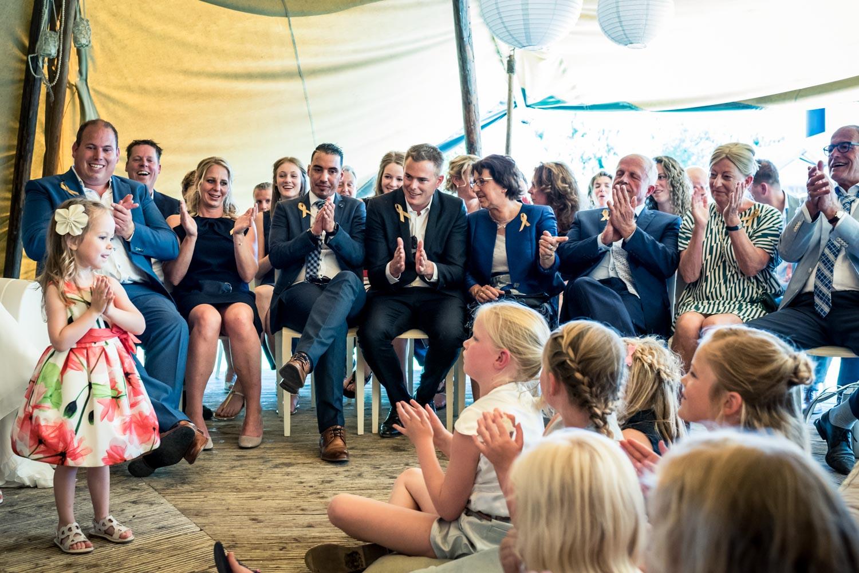 In Roosendaal bij het Hooihuis overzichtsfoto tijdens ceremonie in West Brabant door Caroline bruidsfotograaf bij Cfoto
