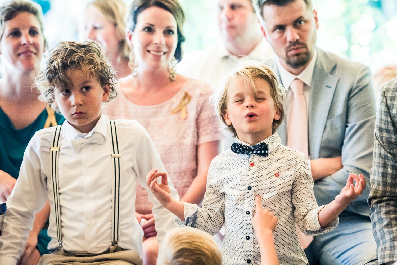 tijdens de ceremonie bij het Hooihuis in West Brabant door Caroline bruidsfotograaf bij Cfoto