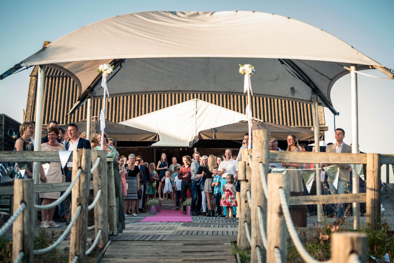 Entree bruidspaar bij Gastel Sfeer in West Brabant door Caroline bruidsfotograaf bij Cfoto
