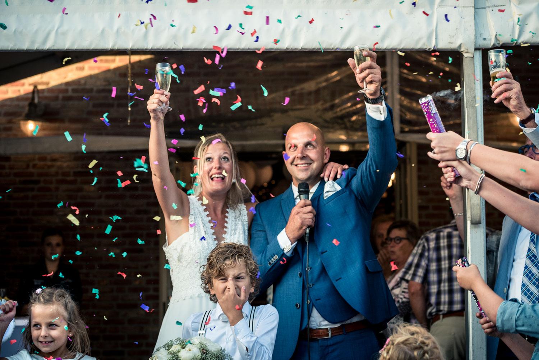 Aankomst Gastel Sfeer met confetti in Oud Gastel, in West Brabant door Caroline bruidsfotograaf bij Cfoto