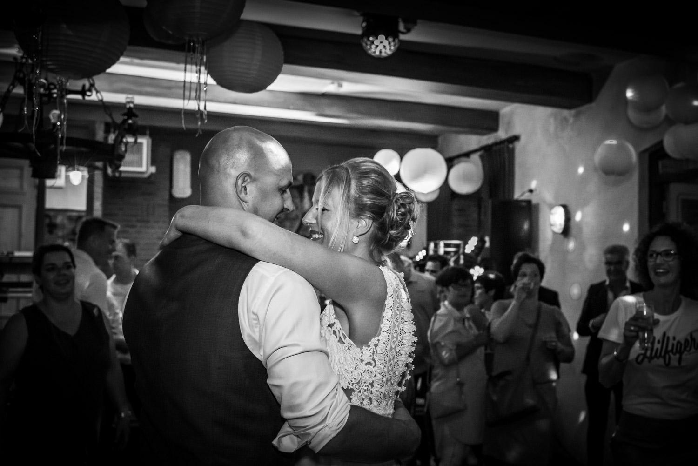 Sfeertent bij Gastel Sfeer in Oud Gastel, openingsdans bruidspaar in West Brabant door Caroline bruidsfotograaf bij Cfoto